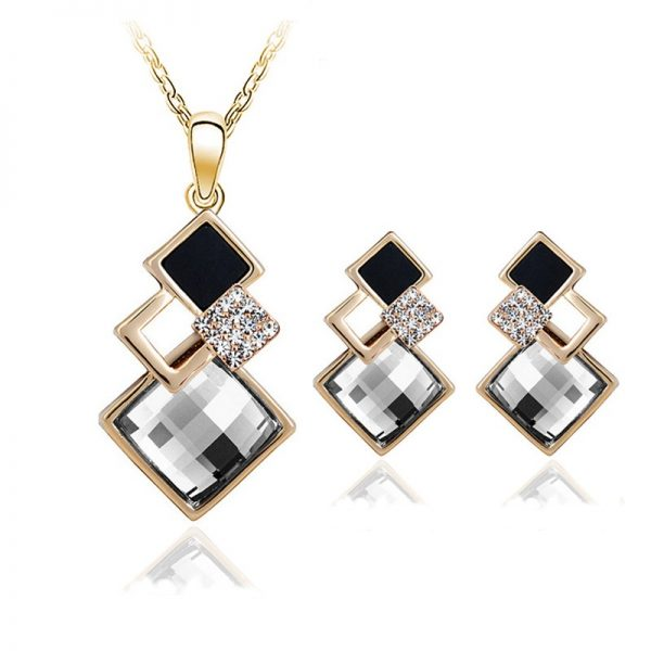 Necklace with pair of earrings - gold